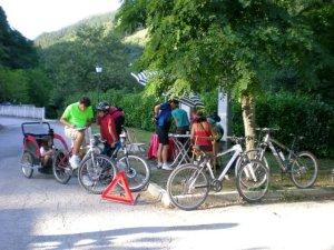 ciclistas rellenando encuestas