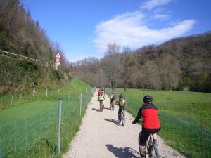 ciclistas por la vía verde del Bidasoa/txirrindulariak Bidasoko bide berdetik